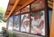 Перфорированная плёнка на окнах входа в кафе. Кафе-отель «Надежда»