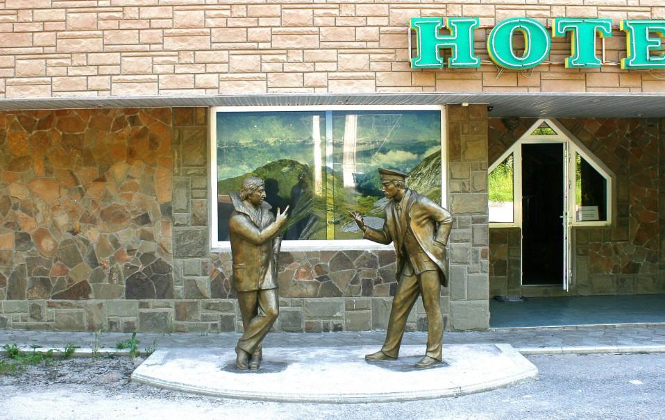 Перфорированная плёнка на фасадные окна. Кафе-отель «Надежда»